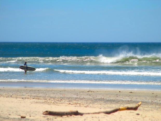 surfing playa guiones